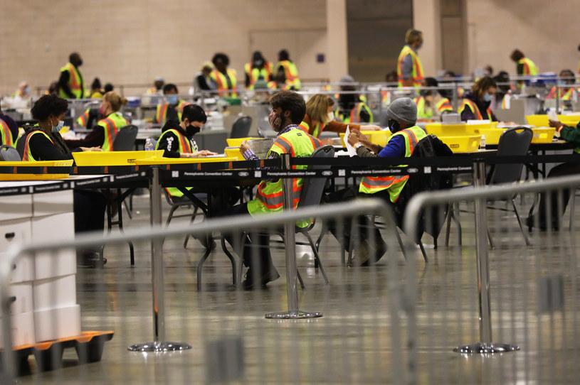 Tysiące pracowników liczą głosy w Pensylwanii /AFP