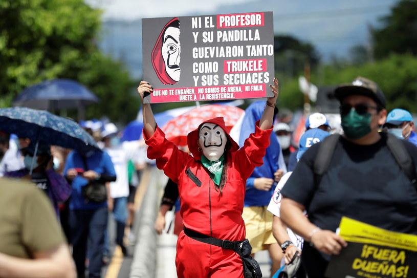Tysiące protestujących zebrało się w środę na ulicach stolicy Salwadoru /RODRIGO SURA /PAP/EPA