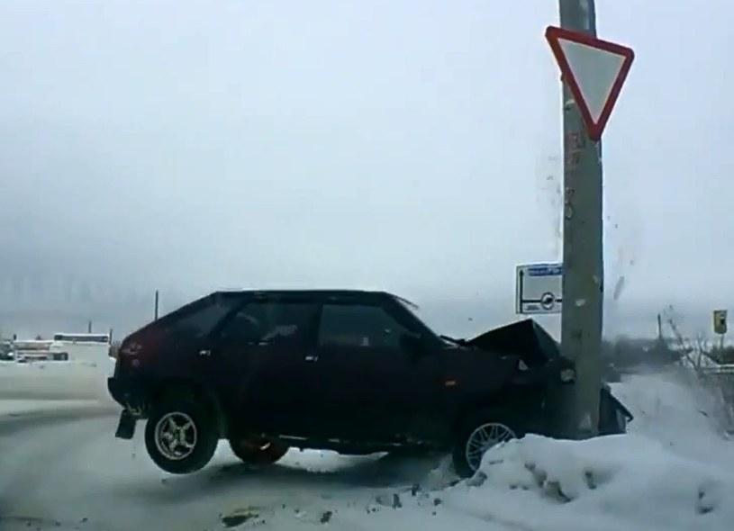 Tysiące takich obrazków każdego miesiąca dostarczają kamery zamontowane w rosyjskich samochodach /YouTube