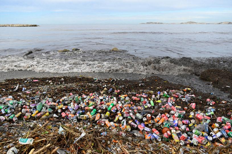 Tysiące ton śmieci na plażach Marsylii /NICOLAS TUCAT/AFP /AFP