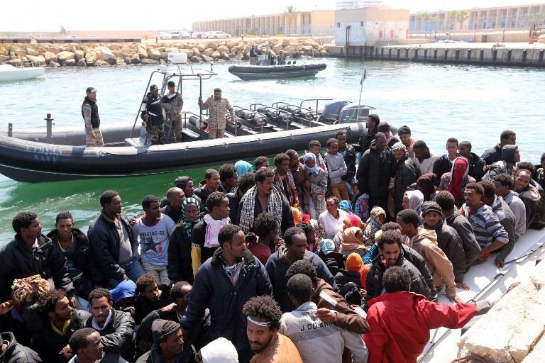Tysiące uchodźców u wybrzeży Libii; zdj. ilustracyjne /MAHMUD TURKIA  /AFP