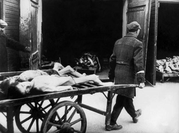 Tysiące Żydów umarło w getcie z powodu głodu i chorób /AFP