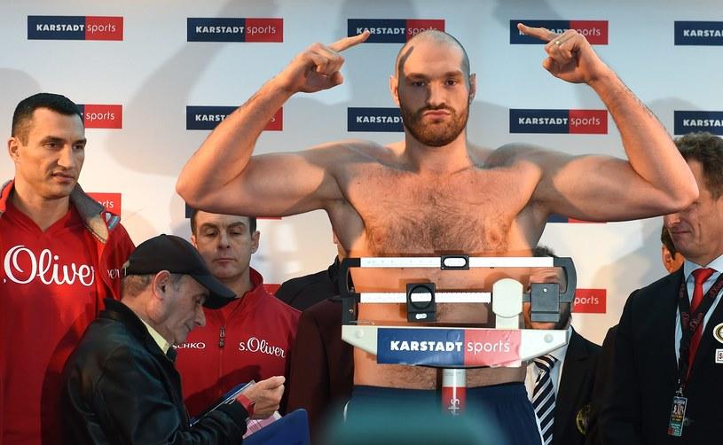 Tyson Fury okazał się cięższy od Władymira Kliczki podczas ceremonii ważenia przed sobotnią walką w Dusseldorfie. Pretendent ważył 112 kg, mistrz wagi ciężkiej - 111,5 kg /AFP