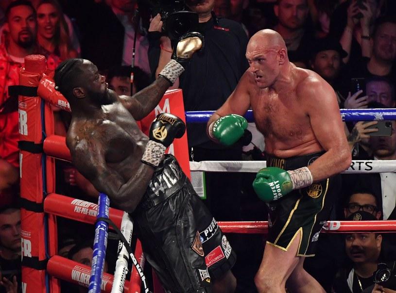Tyson Fury w walce z Deontayem Wilderem /AFP