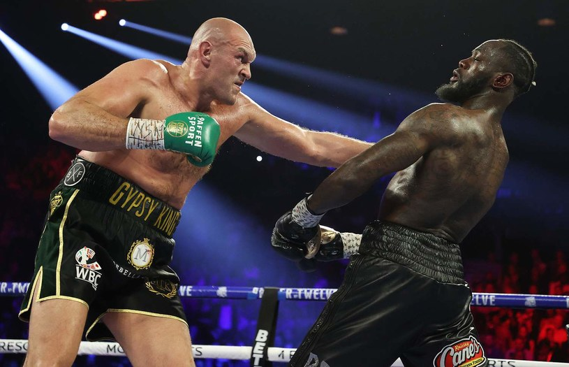 Tyson Fury (z lewej) w walce z Deontayem Wilderem /AFP