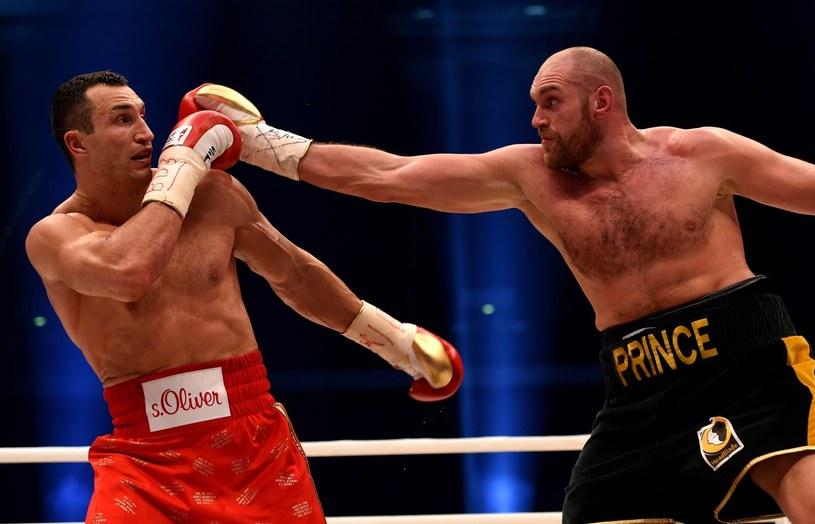 Tyson Fury (z prawej) atakuje Władymira Kliczkę /AFP