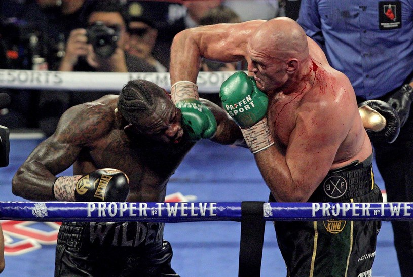 Tyson Fury (z prawej) w pojedynku z Deontayem Wilderem /AFP