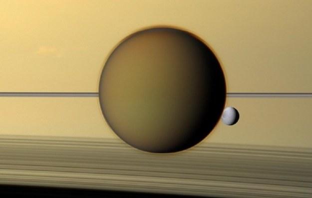 Tytan i Dione na tle Saturna /NASA
