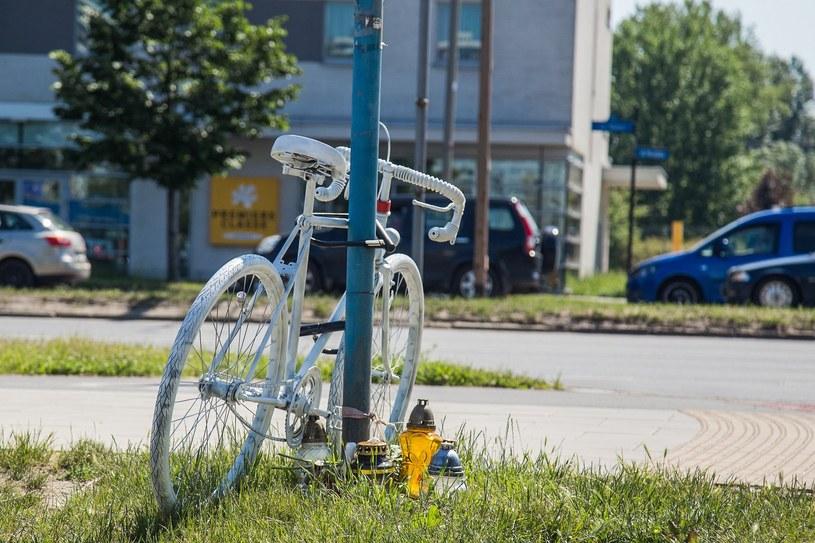 """Tzw. """"ghost bike"""" ustawiony w miejscu śmiertelnego wypadku rowerzysty /Krzysztof Kaniewski /Reporter"""