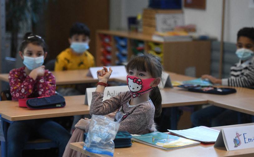U dzieci w wieku 5-9 lat zachorowalność wynosiła około 100 /AFP