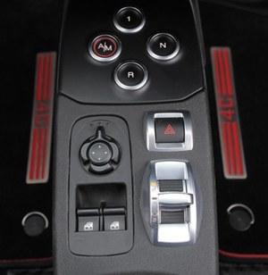 U góry: przyciski do obsługi skrzyni biegów. Srebrny suwak służy do zmiany trybów jazdy. (kliknij, żeby powiększyć) /Motor