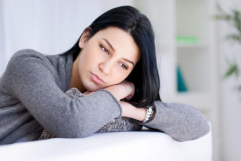 U kobiet, które stanowią nawet osiemdziesiąt procent chorych, problemy mogą się nasilać tuż przed miesiączką /123RF/PICSEL