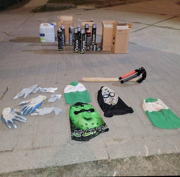U mężczyzn znaleziono między innymi kominiarki z barwami jednego z trójmiejskich klubów, ręczny miotacz gazu, ochraniacze na zęby i nogi /POMORSKA POLICJA /