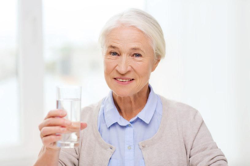 U seniorów często występuje długotrwałe odwodnienie spowodowane zmniejszonym łaknieniem i pragnieniem /123RF/PICSEL