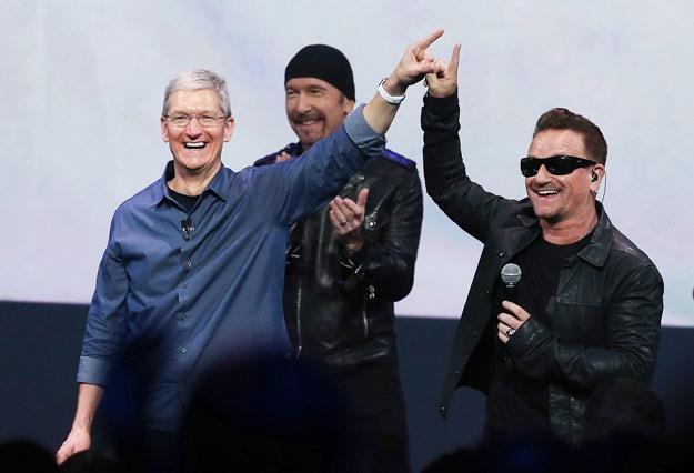 U2 z prezesem Apple, Timem Cookiem. Jeszcze w dobrych humorach (fot. Justin Sullivan) /Getty Images