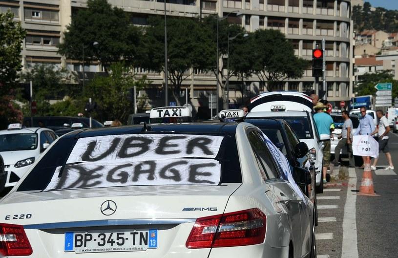 """""""Uber precz"""" - to jedno z łagodniejszych haseł, jakie można znaleźć na transparentach wywieszonych przez protestujących taksówkarzy /AFP"""