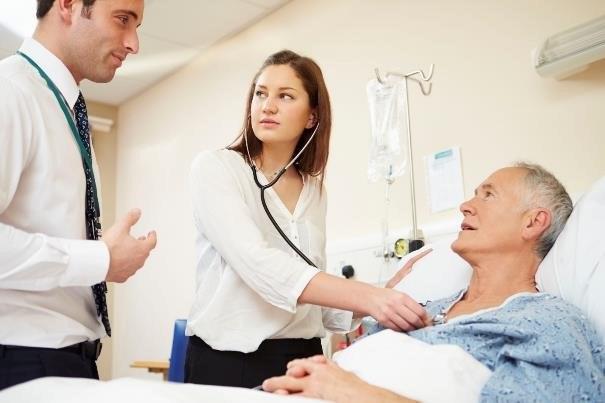 Ubezpieczenie może pokryć nawet koszty utrzymania w trakcie leczenia nowotworu /123RF/PICSEL