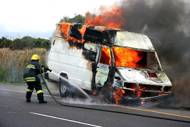 Ubezpieczyciel nie odpowiada za szkody w gotówce, biżuterii, papierach wartościowych lub dziełach sztuki. Jeśli kierowca spowoduje kolizję z pojazdem przewożącym obrazy i ten spłonie, za zniszczony samochód ubezpieczyciel zapłaci, ale zniszczone dzieła sztuki już nie. Sprawca musi sam pokryć straty. /Shutterstock