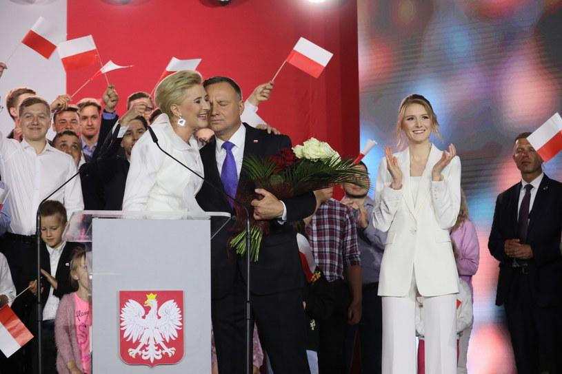 Ubiegający się o reelekcję prezydent Andrzej Duda (C) wraz z małżonką Agatą Kornhauser-Dudą (C-L) i córką Kingą (2P) / Leszek Szymański    /PAP
