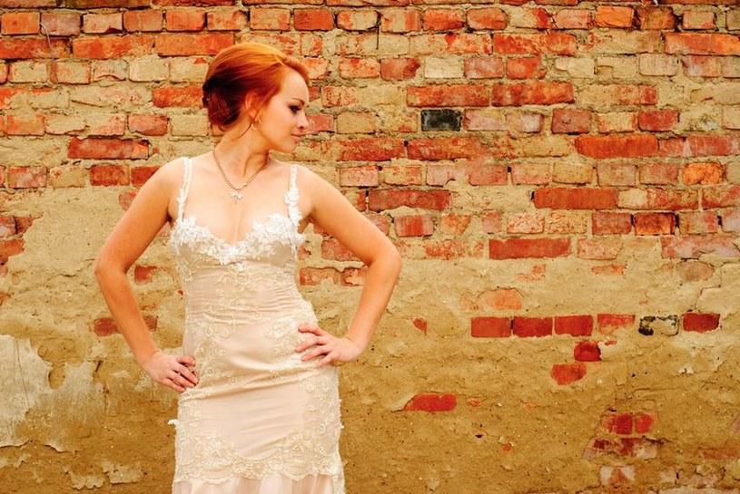 Ubierają suknie ślubne i idą w nich... wyrzucać śmieci! /123RF/PICSEL