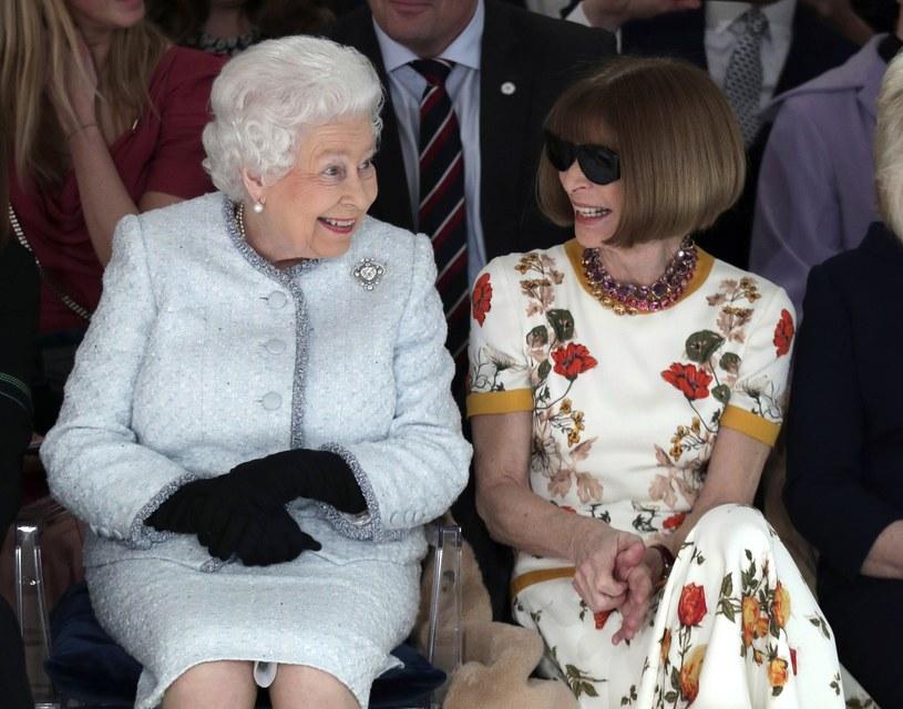 Ubrana w szaroniebieski tweedowy komplet, królowa wydawała się nieco zakłopotana oglądając kolekcję Richarda Quinna /East News