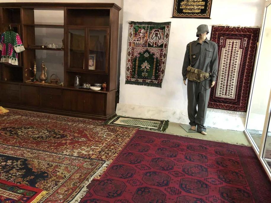 Ubrania i dekoracje przywiezione z Iraku i Afganistanu, czyli tak zwany pokój afgański w Centrum Przygotowania do Misji Zagranicznych /Michał Dobrołowicz /RMF FM