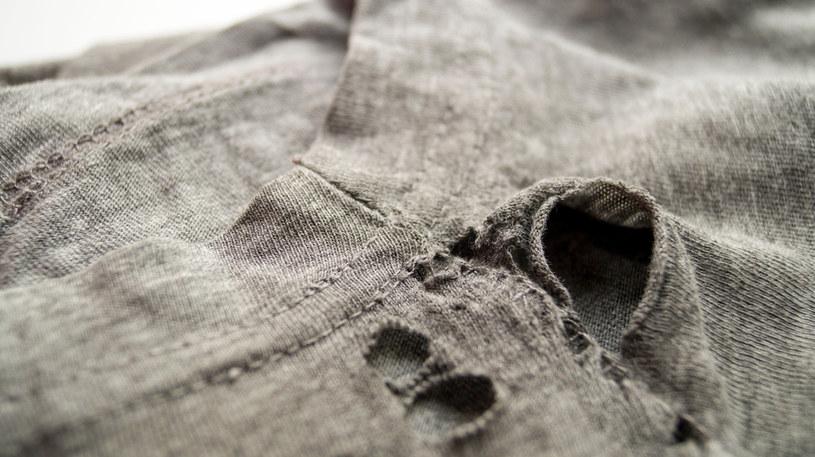 Ubrania, po których widać ile mają lat, nam również ich dodają /123RF/PICSEL