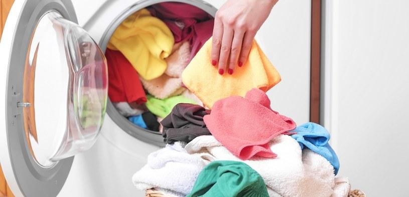 Ubrania przed praniem wymagają sortowania /123RF/PICSEL