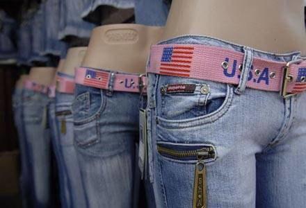 Ubrania sprzedawane na bazarach to w większości podróbki znnych marek/fot. Jacek Renard /Agencja SE/East News