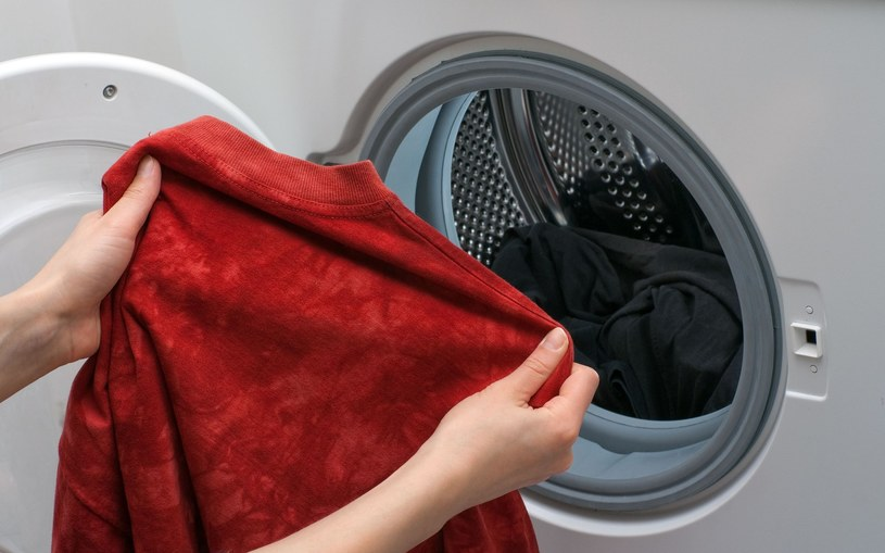 Ubrania wyjmuj z pralki zaraz po skończeniu prania /123RF/PICSEL
