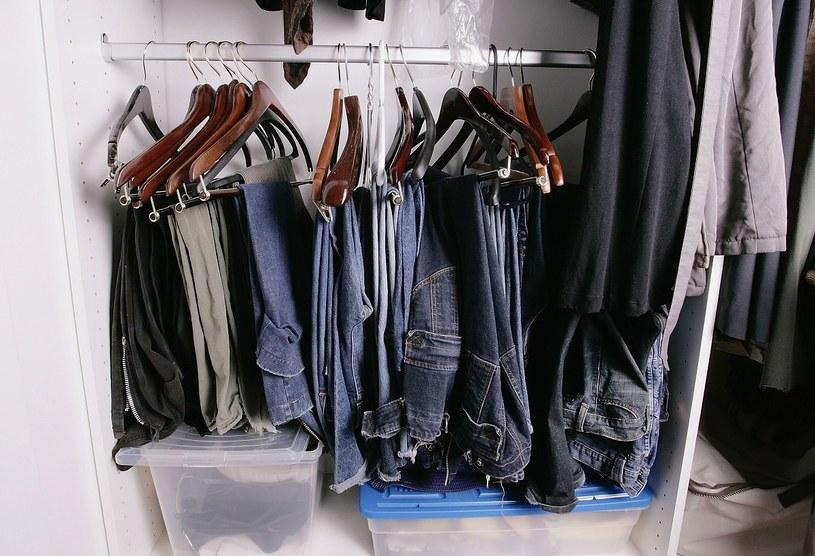 Ubranie na kolejny dzień przygotuj sobie jeszcze wieczorem /Getty Images