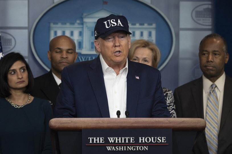 Ubrany w baseballową czapkę prezydent Donald Trump /AFP