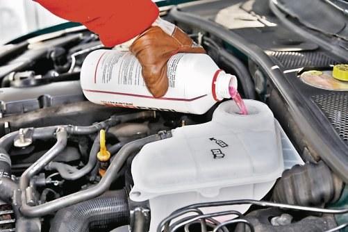 Ubytek płynu chłodniczego spowodowany jest wzrostem ciśnienia w układzie. /Motor