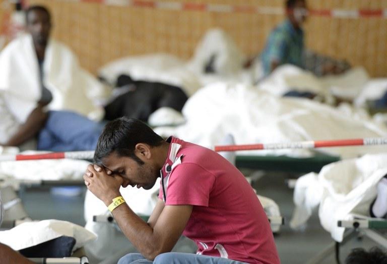 Uchodźca czeka na rejestrację, Rosenhein, południowe Niemcy /CHRISTOF STACHE / AFP /AFP