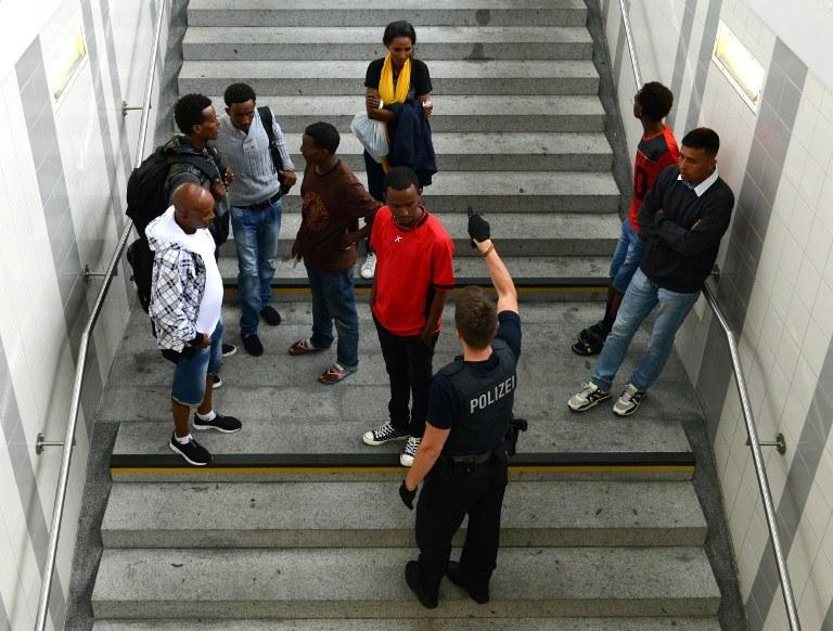 Uchodźcy czekają na rejestrację, Rosenhein, poludniowe Niemcy /CHRISTOF STACHE / AFP /AFP