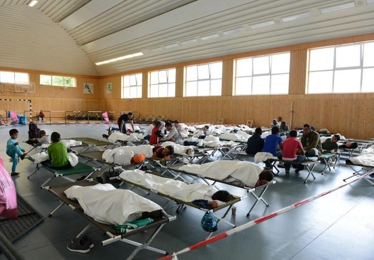 Uchodźcy czekają na rejestracje, Rosenhein, południowe Niemcy /CHRISTOF STACHE / AFP /AFP