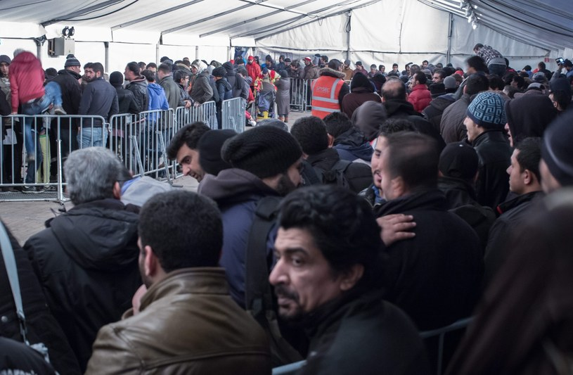 Uchodźcy czekają na rejestrację w Berlinie /MICHAEL KAPPELER /PAP/EPA
