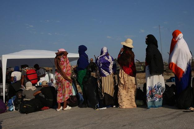 Uchodźcy czekający na wejście do nowego przeznaczonego dla nich obozu /ORESTIS PANAGIOTOU /PAP/EPA