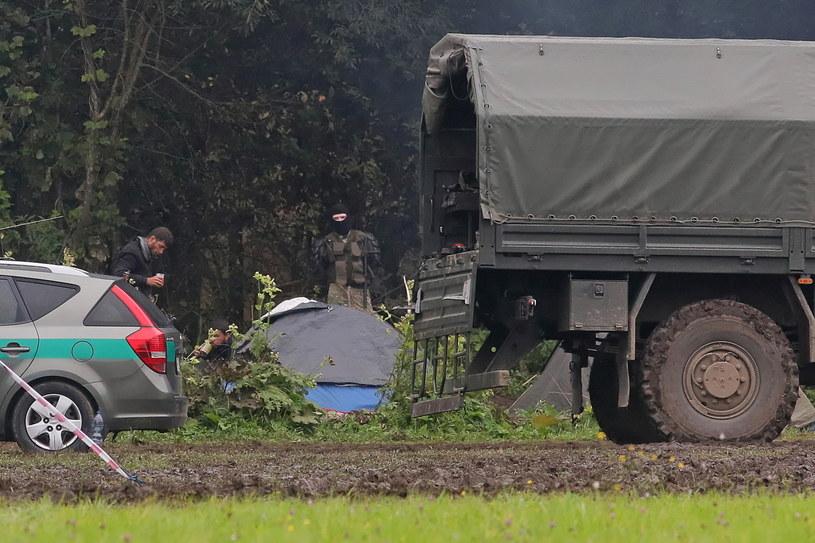 Uchodźcy i funkcjonariusz białoruski na polsko-białoruskiej granicy w pobliżu miejscowości Usnarz Górny /PAP/Artur Reszko /PAP