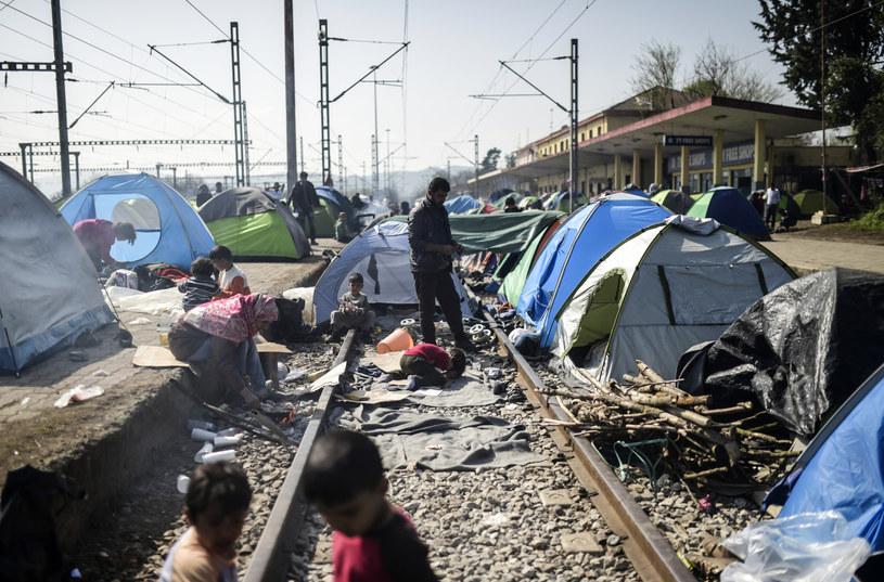 Uchodźcy koczujący w Idomeni przy greckiej granicy /BULENT KILIC / AFP /AFP