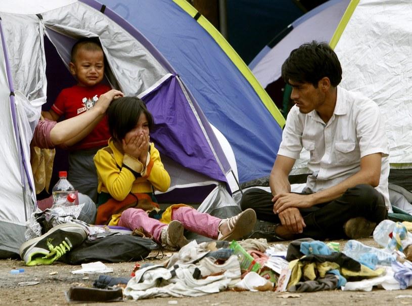 Uchodźcy koczujący w parku w Belgradzie /PAP/EPA