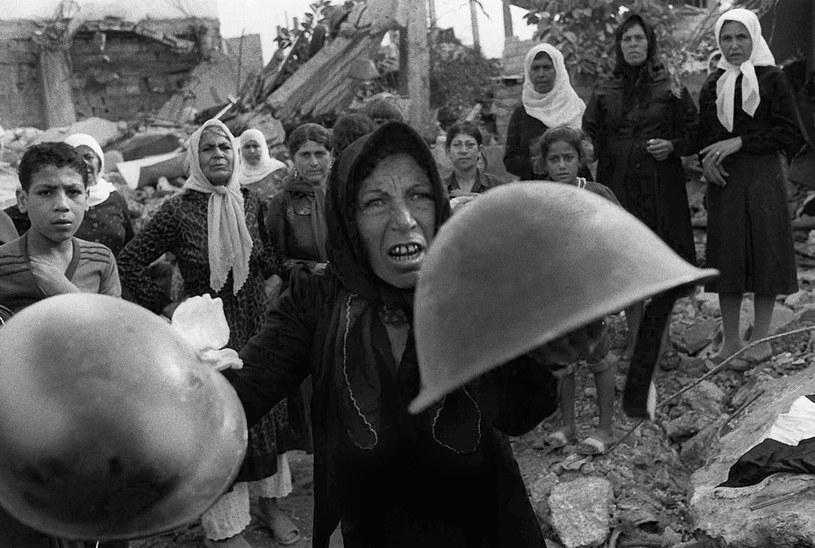 Uchodźcy, którzy przeżyli masakrę pokazują izraelskie hełmy /East News