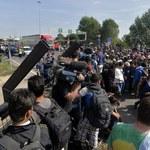 Uchodźcy maszerują w kierunku Chorwacji