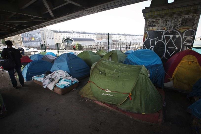 Uchodźcy mieszkają w prowizorycznych obozach na obrzeżach miast / Na zdjęciu obóz w Paryżu /JOEL SAGET/JS/MS /AFP