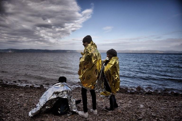 Uchodźcy na brzegu, zdj. ilustracyjne /ARIS MESSINIS / AFP /AFP