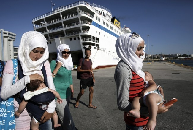 Uchodźcy opuszczają prom Eleftherios Venizelos /YANNIS KOLESIDIS /PAP/EPA
