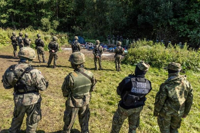 Uchodźcy pilnowani przez straż graniczną i wojsko /Wojtek Radwański /East News