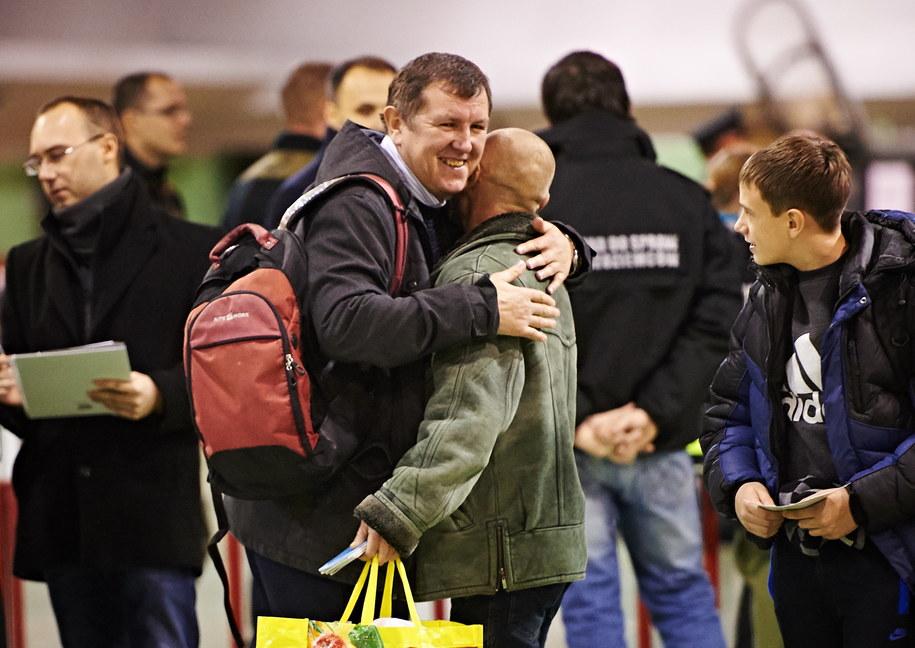 Uchodźcy polskiego pochodzenia ze wschodniej Ukrainy na wojskowym lotnisku w Królewie Malborskim /Adam Warżawa /PAP