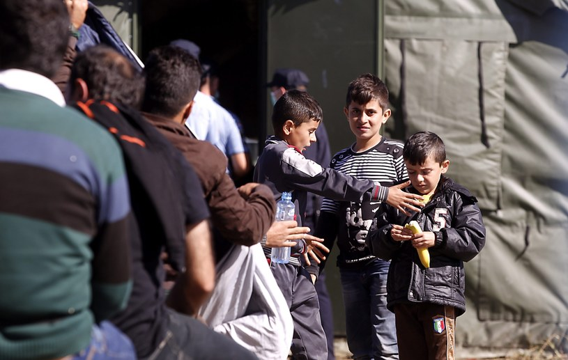 Uchodźcy starają się przekroczyć węgierską granicę, zdj. ilustracyjne /EPA/ANTONIO BAT  /PAP