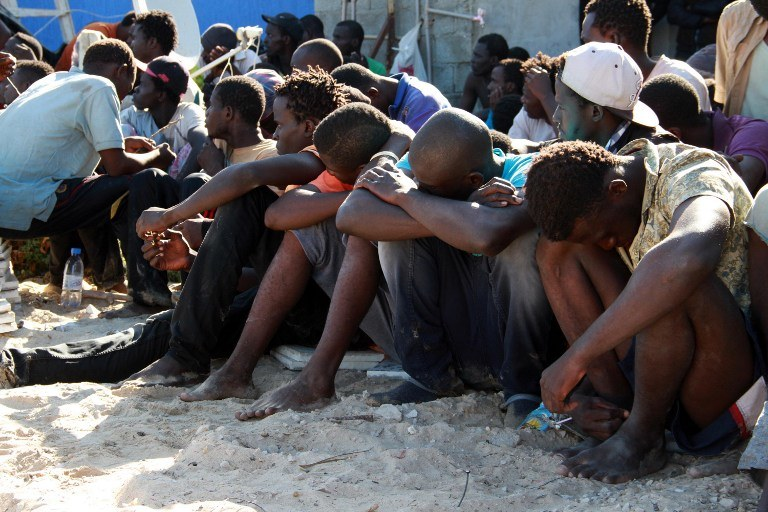 Uchodźcy uratowani z tonącego statku u wybrzeży Libii /MAHMUD TURKIA  /AFP